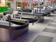 Paura al supermercato: tenta di forzare le casse, aggredisce i dipendenti e svuota gli estintori